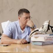 """А.Л. Мясников на фотосессии для книги """"Свой-чужой"""""""