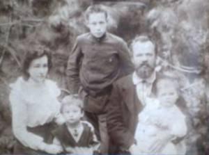 Зинаида Константиновна, Леонид Александрович и их дети: стоит твой прадед Александр Леонидович (Алик его звали в детстве, как и меня), младший брат с мамой – Левик и рядом еще братик, который умер в детстве.