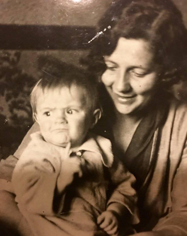 Баба Инна – твоя прабабушка – с маленьким Олегом, который родился у нее в 1938 году