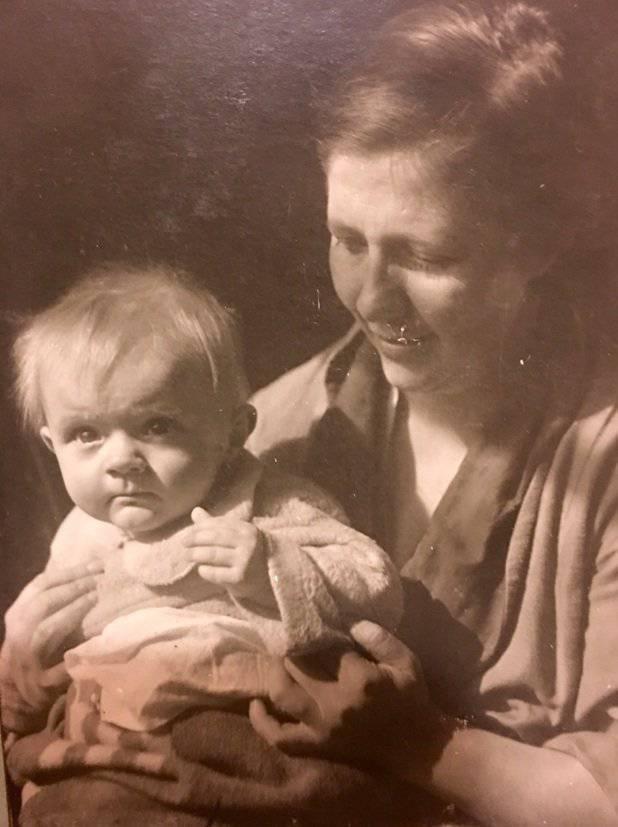 Баба Инна – твоя прабабушка – с маленьким Олегом