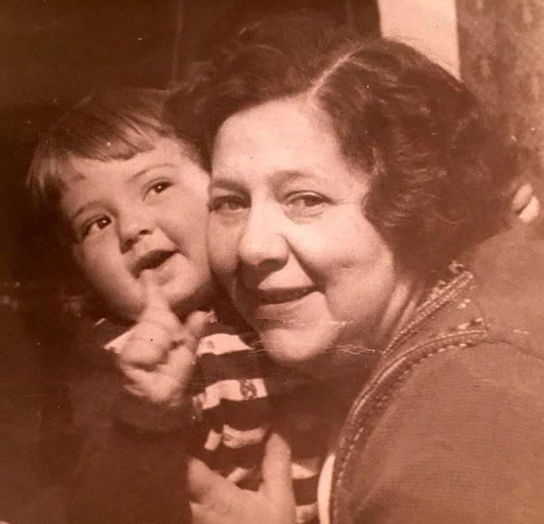 На этом фото на руках у бабы Инны уже я!