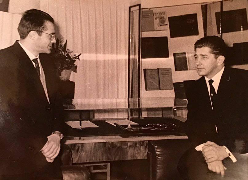 На фото вверху твой дед и его родной брат Олег. Фото сделано в бывшем кабинете прадеда в Институте кардиологии в Москве на Петроверигском переулке, там, где ему сегодня стоит памятник. Мой отец был там заместителем директора