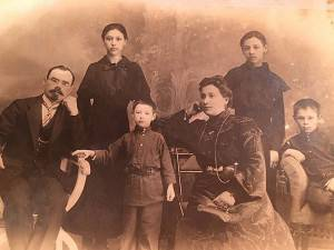 Справа налево: Иван Забарко, Зина, её братик, Мария Решинская, ещё сестра и братик.