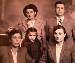 Слева направо: Зина, мама, Аня. Наверху бабушка Света и твой дед.