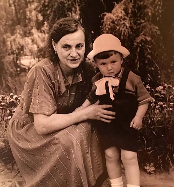 Твоя маленькая мама и её бабушка (твоя прабабушка) Анна Никифоровна.
