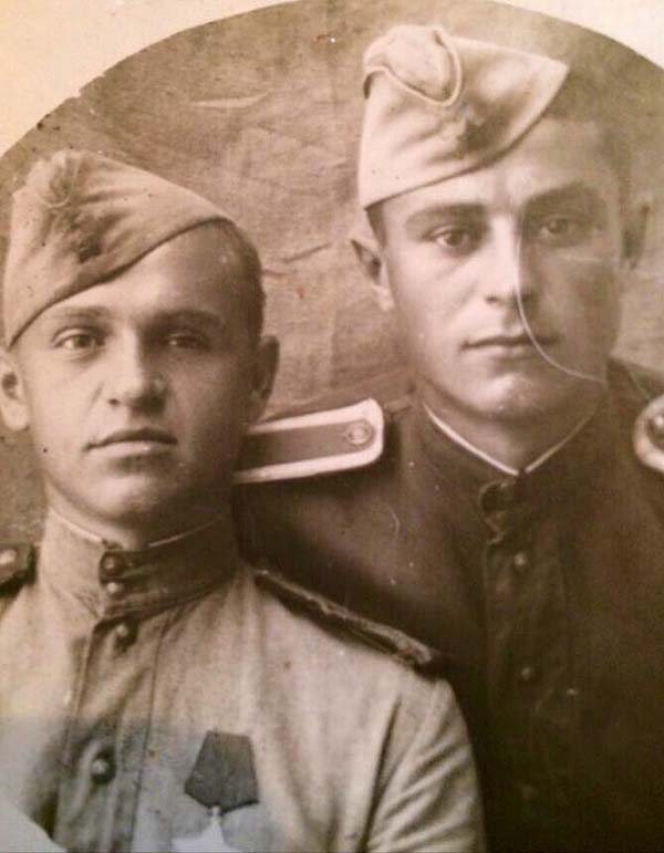 Тут у твоего деда ещё оба глаза. На груди – орден Славы. Давался только за исключительную личную храбрость в бою. Ему тут 20 лет, меньше, чем тебе сейчас.